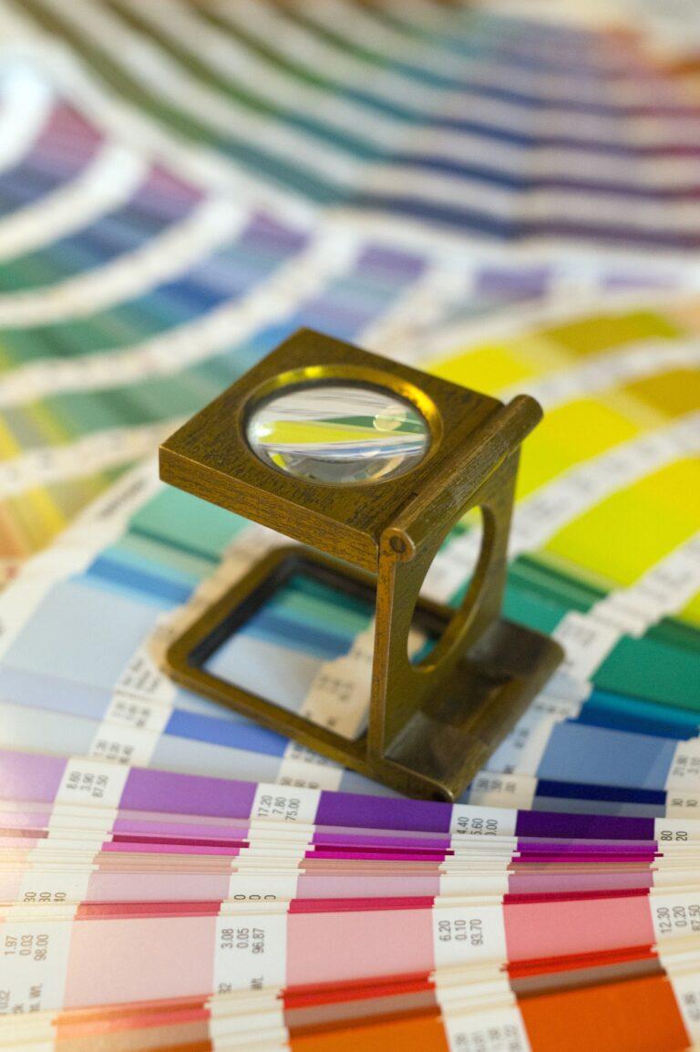 Gestaltung Farbfächer mit Lupe