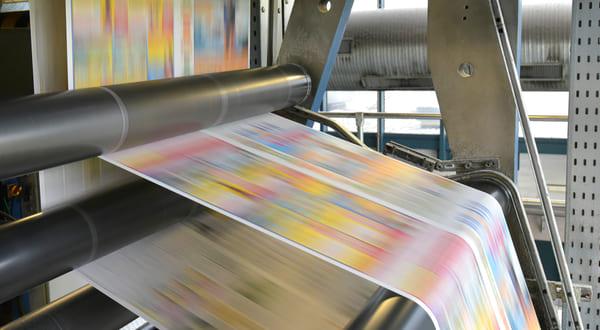 Papierbahn in Druckmaschine