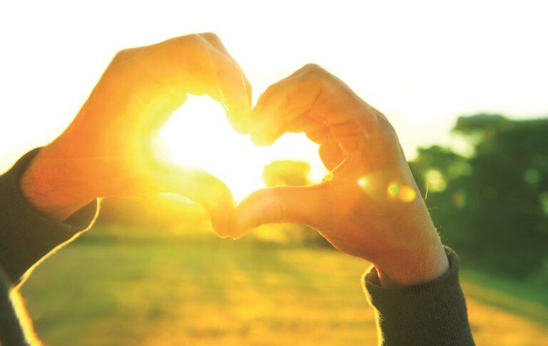 Hände formen Herz